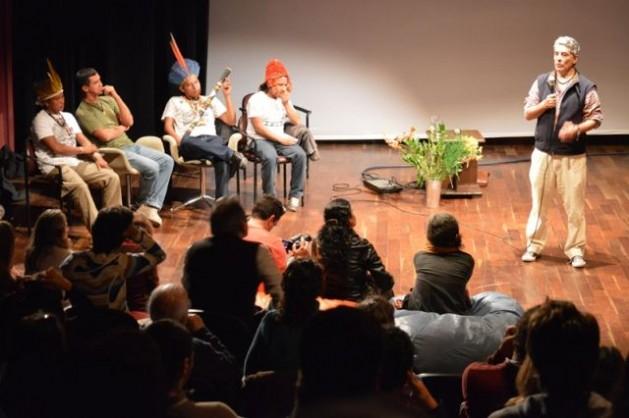 Pedro Bara explica a indígenas e ativistas a ferramenta desenvolvida pelo WWF para orientar negociações diante do avanço de hidrelétricas e outros grandes projetos na Amazônia. Foto: Cortesia Denise Oliveira/WWF Iniciativa Amazônia Viva