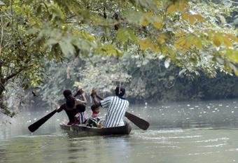 Uma família navega no rio San Juan, um local de grande biodiversidade na fronteira da Costa Rica com a Nicarágua. Foto: Germán Miranda/IPS