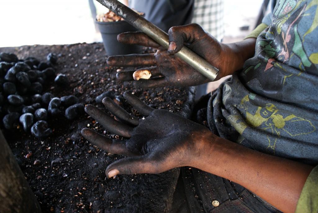 O óleo se esparrama em torno das unhas, pela ponta dos dedos e, quando se vê, as mãos inteiras já estão cheias de ácido