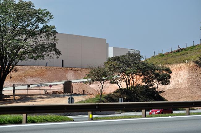 A construção de outlet segue em estágio avançado. Foto: Guilherme Zocchio