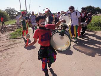 Menino participa da marcha que seguiu da praça central de Malvinas Argentinas até o prédio bloqueado onde a Monsanto tenta construir uma unidade. Foto: Fabiana Frayssinet/IPS