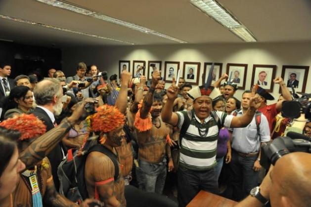 Caciques e guerreiros munduruku protestam na Câmara dos Deputados em Brasília, no dia 10. Foto: Luis Macedo/Acervo/Câmara dos Deputados do Brasil