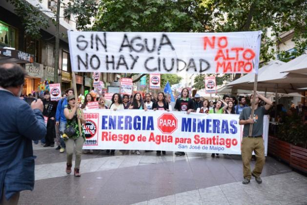 Ativistas chilenos protestam no centro de Santiago contra o projeto hidrelétrico do Alto Maipo. Foto: Coordenadoria Ríos del Maipo