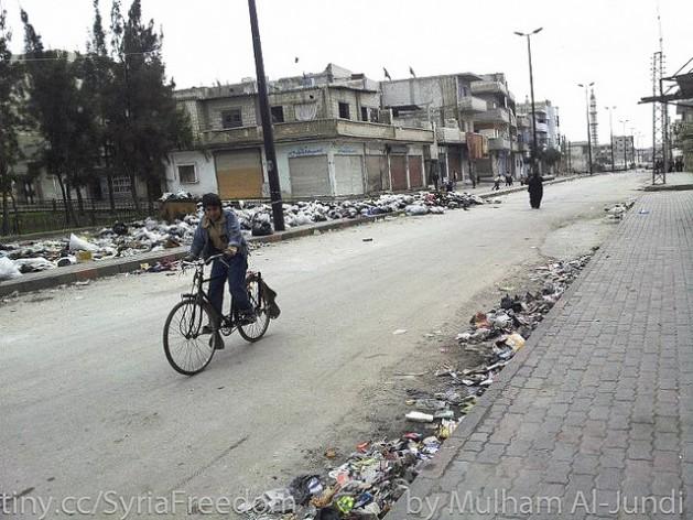 O lixo acumula nas ruas da cidade síria de Homs. Foto: Freedom House/cc by 2.0