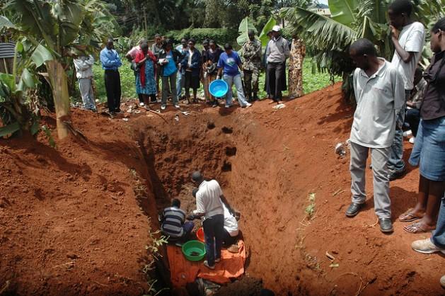 Sobreviventes do genocídio ruandês exumam os cadáveres de seus parentes assassinados durante o massacre de cem dias, em 1994. Foto: Edwin Musoni/IPS