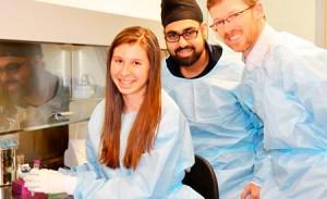 Ticea desenvolveu o teste com a ajuda de seus mentores, Mark Brockman e Gursev Anmole. Foto: Simon Fraser University