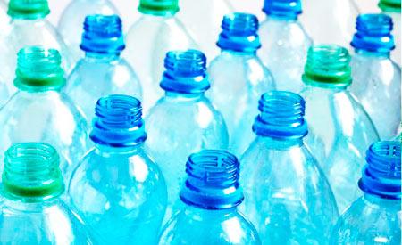 Fabricante de bebidas terá de recolher garrafas PET jogadas no meio ambiente