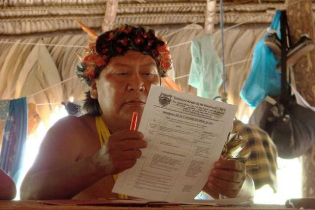 O ameaçado líder Davi Kopenawa durante uma assembleia da Hutukara Associação Yanomami. Foto: Cortesia de Luciano Padrã/Cafod