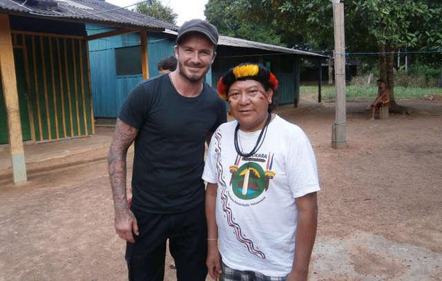 O xamã David Kopenawa e o ex-jogador de futebol inglês David Beckham, que visitou o território yanomami em março. Foto: Cortesia de Nenzinho Soares/Survival Interntional