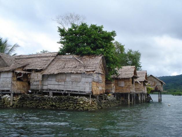 A ilha Raolo, nas Ilhas Salomão, é um dos inúmeros lugares ameaçados pela elevação do nível do mar. Foto: Catherine Wilson/IPS