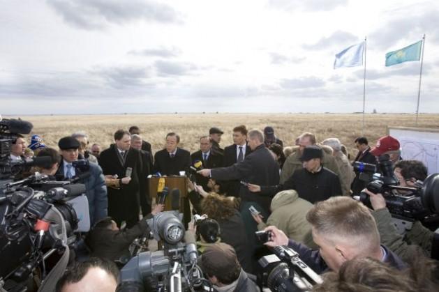 O secretário-geral da ONU, Ban Ki-moon, lê uma declaração à imprensa após visitar a zona zero do local de testes nucleares de Semipalatinsk, no Cazaquistão, em abril de 2010. Ban exortou os governantes do mundo, e dos Estados possuidores de armas nucleares em particular, a trabalharem por um mundo livre destas armas. Foto: Eskinder Debebe/ONU