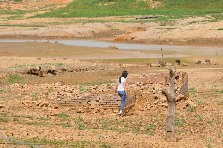 Mulher caminha por trecho seco do sistema Cantareira. Foto: Luiz Augusto Daidone/ Prefeitura de Vargem/ Fotos Públicas