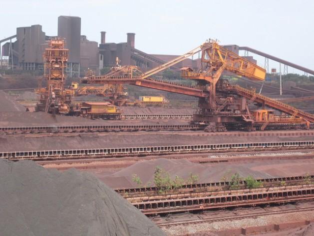 Parte do porto da empresa Vale, a maior produtora de minério de ferro do mundo, em Ponta da Madeira, no Estado do Maranhão, por onde é exportado o minério de ferro extraído na Serra dos Carajás, na Amazônia brasileira. Foto: Mario Osava/IPS