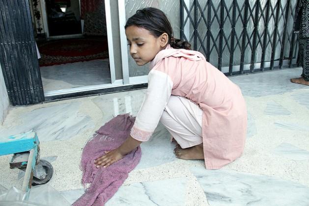 Em toda Índia há crianças que trabalham, como esta menina que faz limpeza na casa de uma família rica urbana. Foto: Fahim Siddiqi/IPS