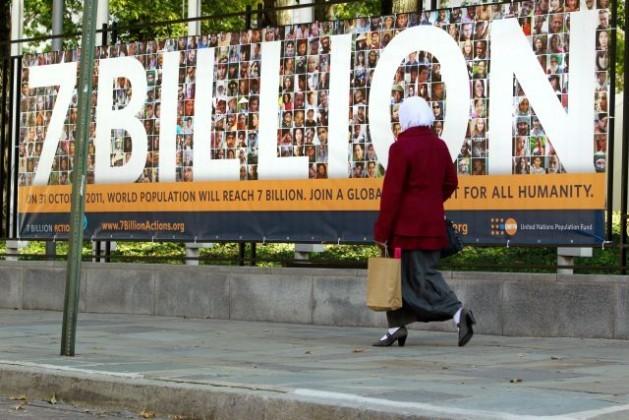 A população mundial chegou a sete bilhões de pessoas no dia 31 de outubro de 2011. Na foto se vê um cartaz da campanha mundial do Fundo de População das Nações Unidas para conscientizar sobre as oportunidades e os desafios desse fato histórico. Foto: Rick Bajornas/UN Photo