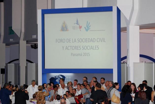 Participantes do Fórum da Sociedade Civil e Atores Sociais da VII Cúpula das Américas em foto de recordação feita no dia 10 de abril, ao final do encontro de três dias na Cidade do Panamá. Foto: VII Cúpula das Américas