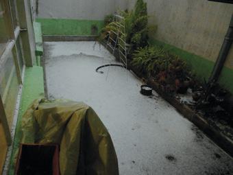 A mudança climática está por trás de secas prolongadas, temperaturas anômalas e tempestades intensas, como a de granizo que caiu em agosto de 2014 na Cidade do México, em pleno verão, e deixou um manto branco no quintal de uma casa em um bairro do sul da capital. Foto: Emilio Godoy/IPS