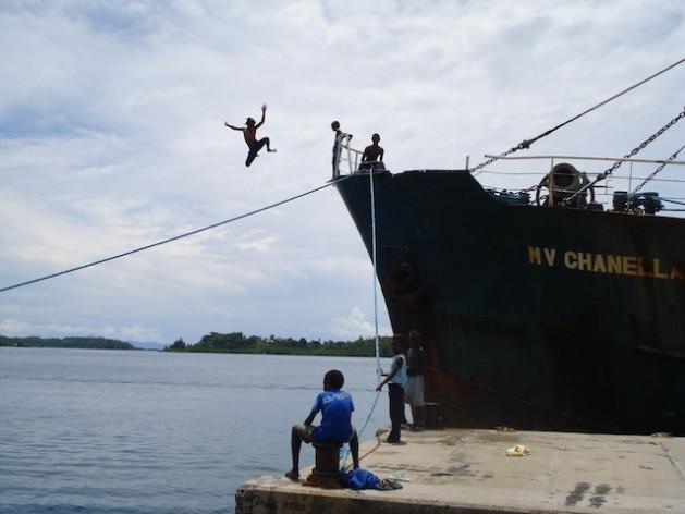 O transporte nas ilhas do Pacífico, incluído o dos navios cargueiros, depende em grande parte dos combustíveis fósseis. Foto: Catherine Wilson/IPS