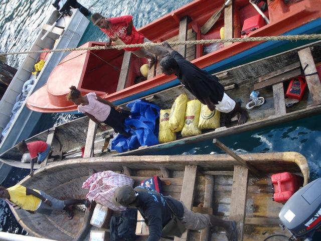 As comunidades rurais nas Ilhas Salomão utilizam combustíveis fósseis para suas canoas motorizadas. Foto: Catherine Wilson/IPS