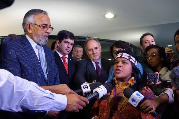 Da esquerda para a direita estão os senadores João Capiberibe (PSB/AP), Randolfe Rodrigues (PSOL/AP) e Cristovam Buarque (PDT/DF). Quem dá a entrevista é Sônia Guajajara, liderança indígena. Foto: Gabinete do Senador João Capiberibe