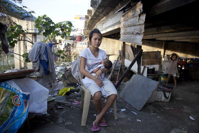 Rizell, de 17 anos, e seu bebê de três semanas vivem sob uma ponte em San Dionisio, na Indonésia. Foto: Save the Children