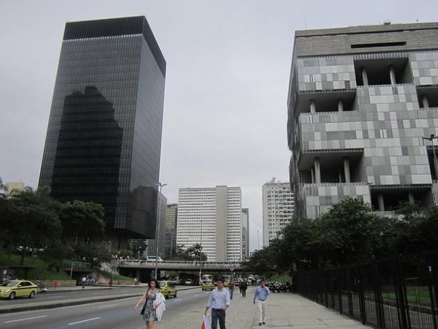 O prédio de vidro da sede do BNDES, à esquerda, tendo por vizinha do outro lado da rua a sede da Petrobras. Os edifícios dos dois grupos estatais dominam a avenida Chile, no Rio de Janeiro. Foto: Mario Osava/IPS