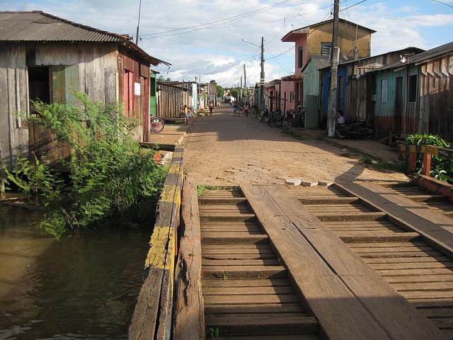 Parte de um dos bairros da cidade de Altamira, no Pará, à margem do rio Xingu, que ficará sob as águas da represa da hidrelétrica de Belo Monte. Esse município amazônico é o mais afetado por esse megaprojeto financiado pelo BNDES. Foto Mario Osava/IPS