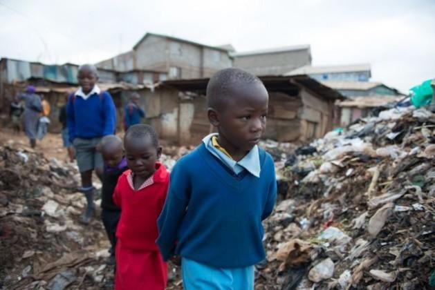 Crianças a caminho da escola em Kibera, a maior favela de Nairóbi. Foto: Save the Children