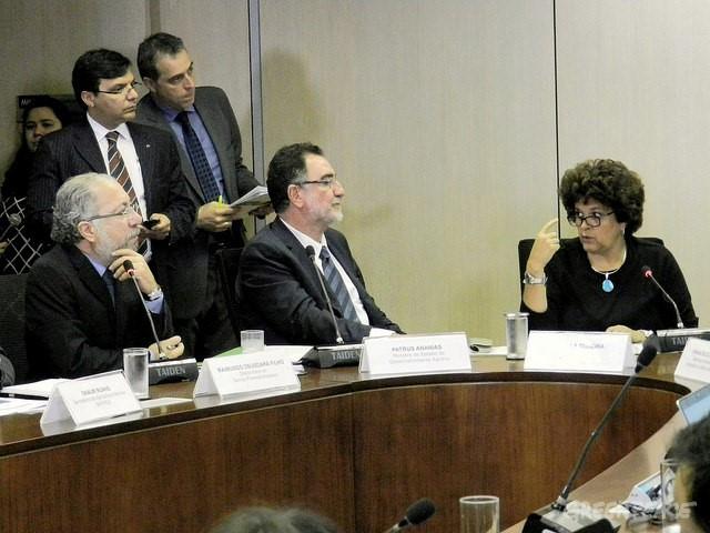 Ministros Izabella Teixeira (MMA) e Patrus Ananias (Desenvolvimento Agrário) avaliam o Cadastro Ambiental Rural em coletiva, nesta segunda-feira. Foto: Ascom/MMA