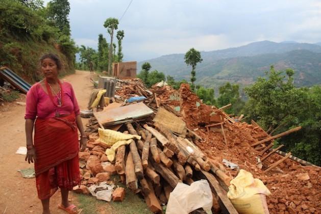 Rita Rai, de 65 anos, ainda não recebeu ajuda de emergência na aldeia de Mahadevsthan, 100 quilômetros ao sul de Katmandu. Foto: Naresh Newar/IPS
