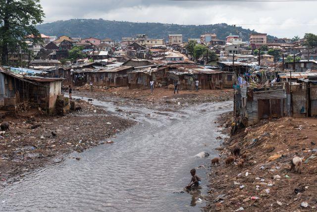 O rio que passa pela favela de Kroo Bay, em Serra Leoa. Foto: Save the Children