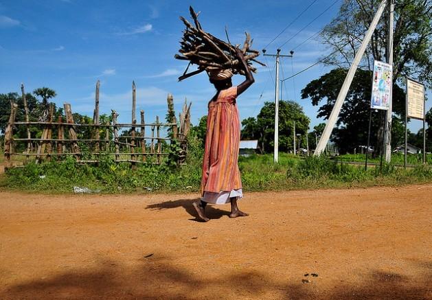Mesmo em tempos de paz, as mulheres do Sri Lanka carregam o peso de buscar trabalho e cuidar de suas famílias. Foto: Adithya Atlles/IPS