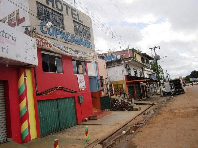 """O modesto Hotel Copacabana, em um subúrbio da cidade de Altamira, a maior no entorno da hidrelétrica de Belo Monte, na Amazônia brasileira. Agora, a hospedagem tem permanentemente colocado o cartaz de """"temos vagas"""", ao contrário do que ocorreu durante o auge da construção. Foto: Mario Osava/IPS"""