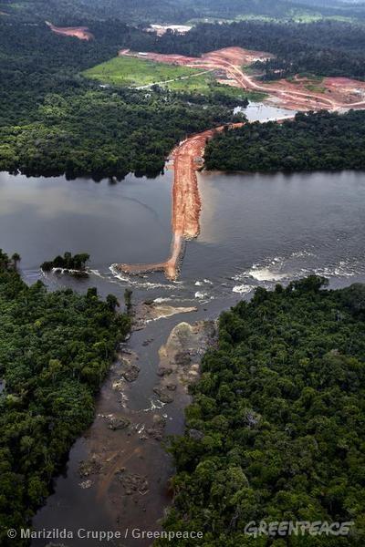A construção da Usina de Belo Monte, além de causar enormes impactos ambientais com o alagamento da floresta, também impacta profundamente a vida das populações tradicioanais que habitam a região há gerações. Foto: © Marizilda Cruppe / Greenpeace
