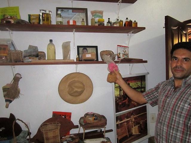 Marcelo Salazar mostra alguns produtos florestais no escritório do Instituto Socioambiental de Altamira, no Pará. O aproveitamento sustentável da riqueza florestal e do conhecimento tradicional são, segundo esse especialista, as chaves para garantir o desenvolvimento da área. Foto: Mario Osava/IPS