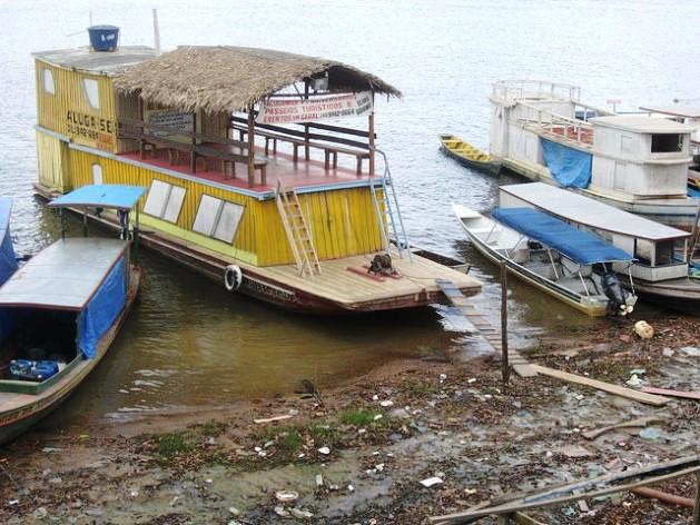 Um barco turístico atracado à margem do rio Xingu em Altamira, no Pará. A falta de embarcadouros e muitos outros serviços deverá ser corrigida para que o turismo represente uma alternativa para enfrentar o impacto econômico e de emprego do fim da megaconstrução da central hidrelétrica de Belo Monte. Foto: Mario Osava/IPS