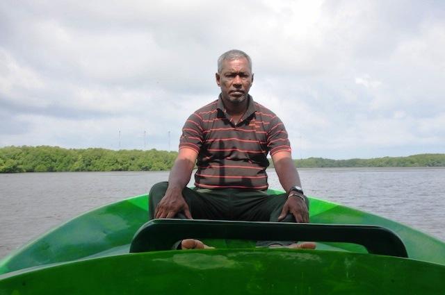 """Douglas Thisera, conhecido como """"mestre do mangue"""", se dedica a proteger os mangues há duas décadas e meia no distrito de Puttalam. Foto: Amantha Perera/IPS"""