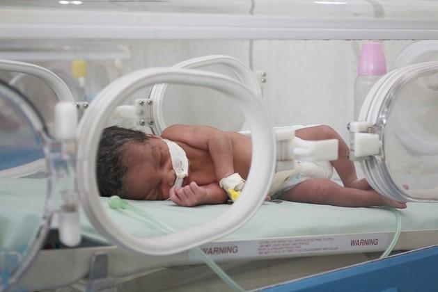 Proporcionar medicamentos antirretrovirais às grávidas pode reduzir de 45% a apenas 1% o risco de transmissão do HIV aos filhos, segundo a Organização Mundial da Saúde. Foto: Jeffrey Moyo/IPS