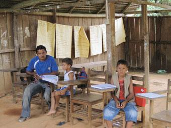 Escola da aldeia Paquiçamba, do povo juruna, nas margens do rio Xingu em sua Volta Grande, na Amazônia brasileira, que apesar de não ficar inundada pela represa da hidrelétrica de Belo Monte, verá o fluxo de água diminuir consideravelmente. Foto: Mario Osava/IPS
