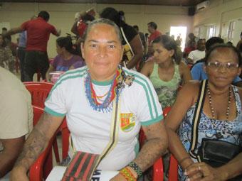 A pescadora Socorro Arara, indígena que adotou como sobrenome o nome de seu povo, luta para manter o modo de vida das sete famílias de seu grupo. A ilha onde vive no rio Xingu será inundada pela represa de Belo Monte e ela reclama outra ilha ou uma área ribeirinha para reassentar o grupo. Foto: Mario Osava/IPS