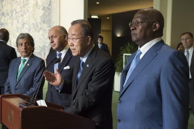 O secretário-geral Ban Ki-moon (ao microfone), acompanhado por Manuel Pulgar, ministro de Ambiente do Peru (primeiro à esquerda), Laurent Fabius, ministro de Relações Exteriores da França (segundo) e Sam Kutesa, presidente da 69ª sessão da Assembleia Geral (direita). Foto: ONU