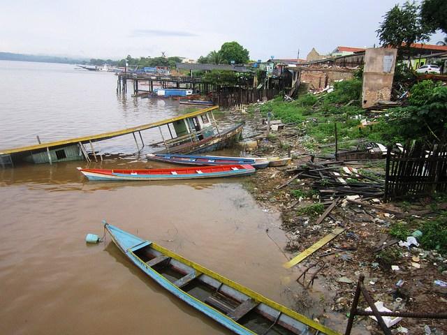 Barcos de pesca já abandonados à margem do rio Xingu, em um bairro da cidade de Altamira, no Pará, que foi evacuado antes de ser inundado pela represa da hidrelétrica de Belo Monte. Foto: Mario Osava/IPS