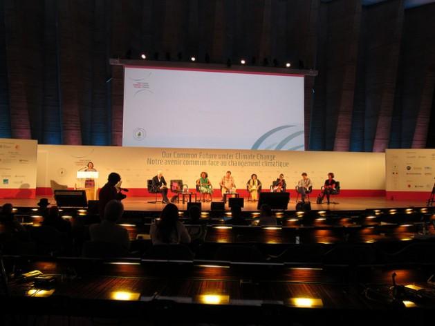 Sessão da conferência científica sobre mudança climática, em Paris, durante a intervenção da relatora especial para os direitos humanos das Nações Unidas, Victoria Tauli-Corpuz. Foto: Fabíola Ortiz/IPS