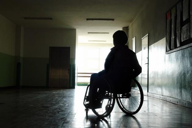 A deficiência e a pobreza estão relacionadas, devido à discriminação, ao nível educacional e ao consequente desemprego. Foto: Bigstock