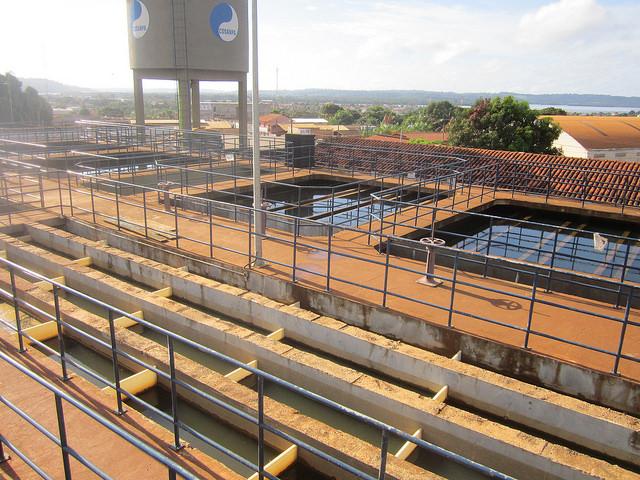 Estação de tratamento de água de Altamira, construída pela Norte Energia, concessionária da hidrelétrica de Belo Monte, na Amazônia brasileira. No momento está ociosa porque os encanamentos instalados na cidade não estão conectados à construção. O saneamento urbano faz parte das contrapartidas exigidas da empresa. Foto: Mario Osava/IPS