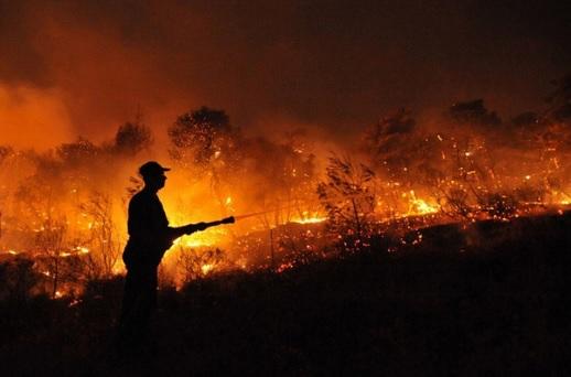 Bombeiro combate queimada no Acre. Foto: Governo do Acre