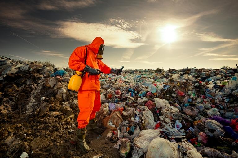 Engenheiro ambiental mede a poluição em aterro sanitário municipal. Foto: Shutterstock