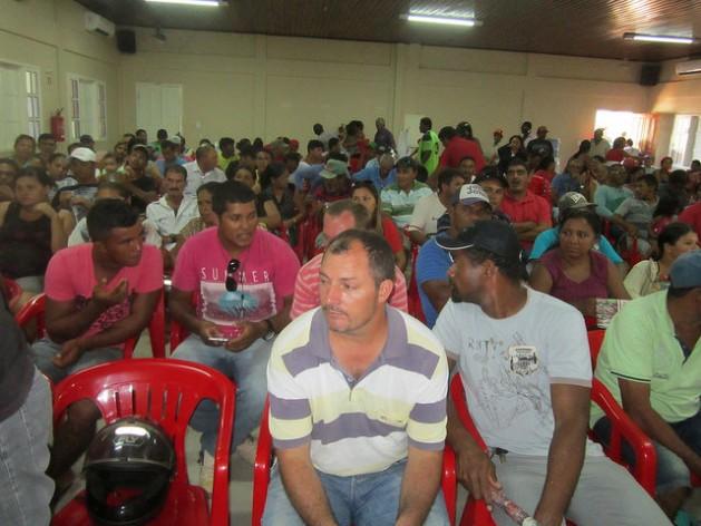 Pescadores e pescadoras da ribeira do rio Xingu, na Amazônia brasileira, durante uma das reuniões de supervisão sobre os impactos para eles da construção da hidrelétrica de Belo Monte, promovida pela Procuradoria do país. Foto: Mario Osava/IPS