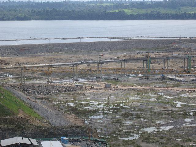Ponte em construção na rodovia Transamazônica, sob a qual passarão as águas da central de Belo Monte, antes de desaguarem no rio Xingu, no norte do Brasil. As explosões, a forte iluminação noturna e as alterações do curso fluvial afugentaram os peixes, denunciam os pescadores. Foto: Mario Osava/IPS