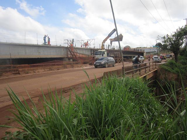 Ponte em construção na cidade amazônica de Altamira, para evitar inundações durante a cheia de um rio. Obras como esta integram o plano básico ambiental, destinado a compensar os impactos da gigantesca hidrelétrica de Belo Monte, a 55 quilômetros de distância, no norte do Brasil. Foto: Mario Osava/IPS